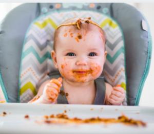Bébé qui mange des purées