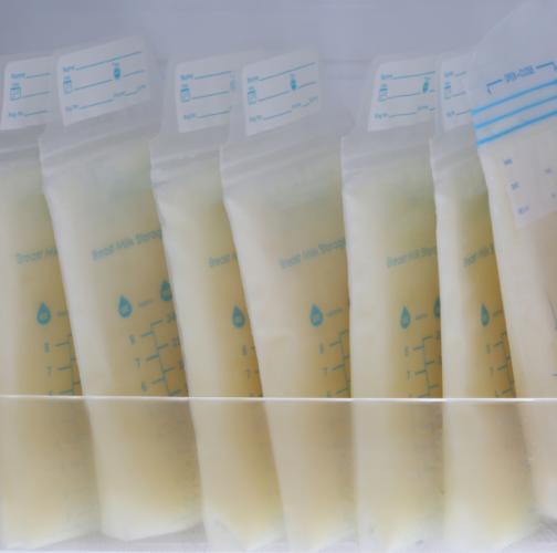 Sacs de lait maternel congelés