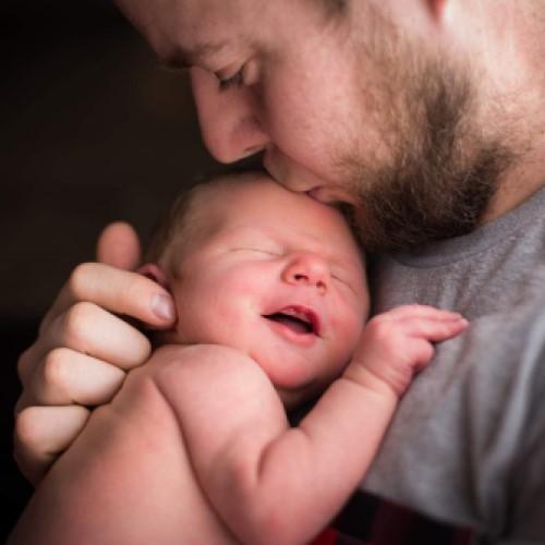 Papa qui embrasse son nouveau-né